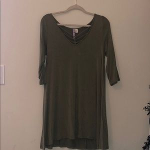Green 3/4-sleeve dress with neckline detail